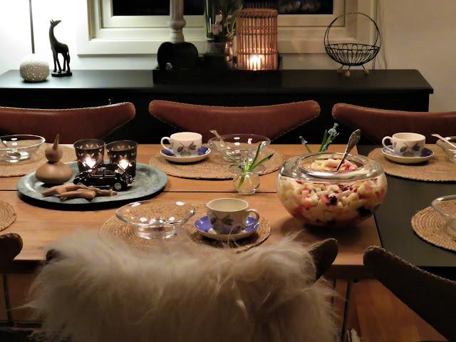 Boddekking med Perleblomster - Oversiktsbilde av borddekkingen - interiør