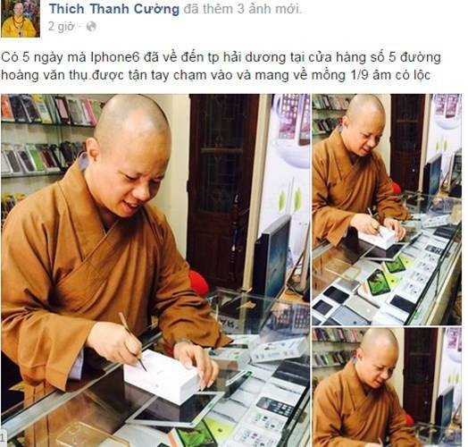 """Sư thầy Thích Thanh Cường đang """"đập hộp"""" iPhone 6"""