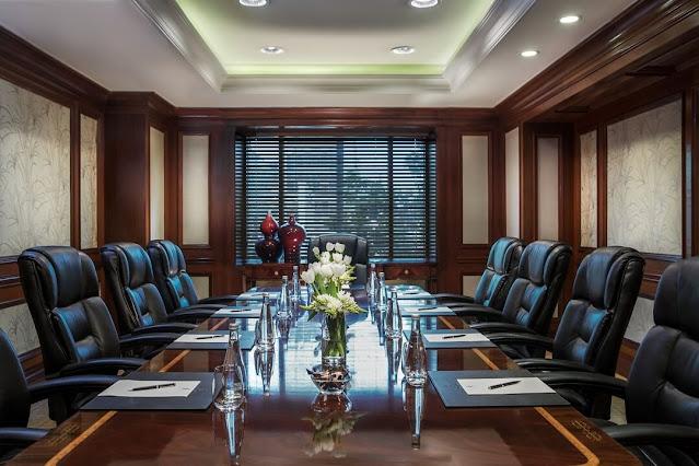 Vị trí quyền lực cho nhà lãnh đạo trên bàn họp