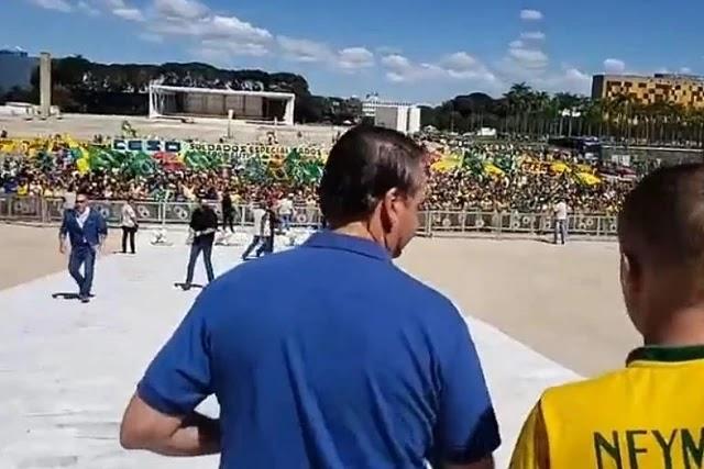 Fanáticos fascistas apoiadores de Bolsonaro em manifestação pró golpe militar