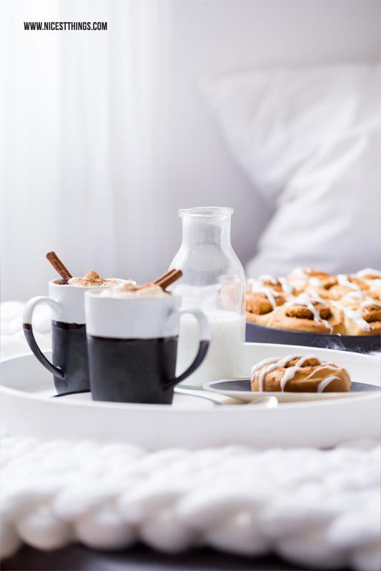 Fruehstuck Im Bett Mit Gebrannte Mandel Zimtschnecken Kuchen