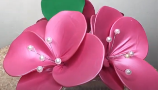 Ballonmodellage von Blumenblättern mit Draht.