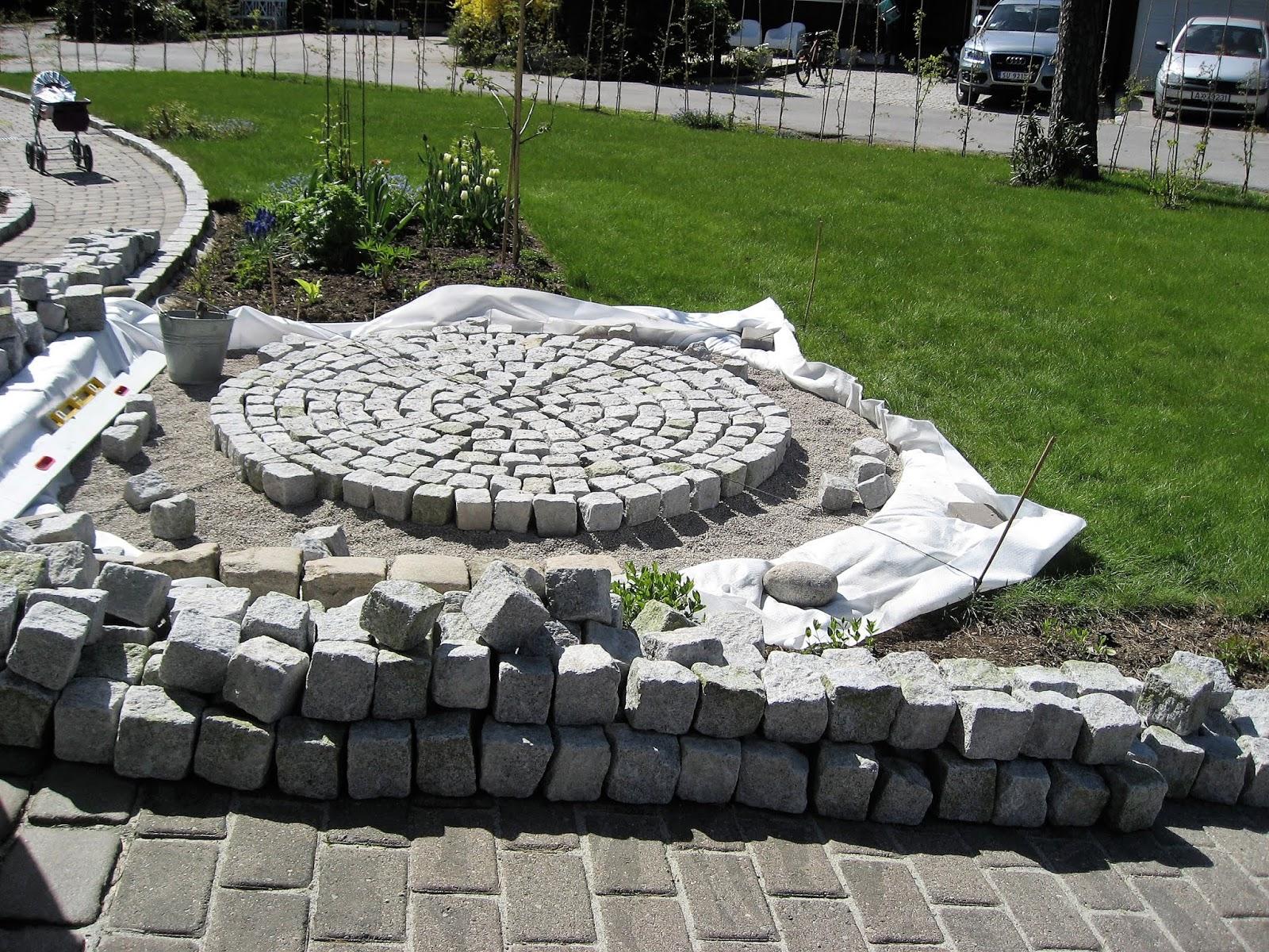 46688893f En sirkel av brostein i hagen blir til, fra a-å