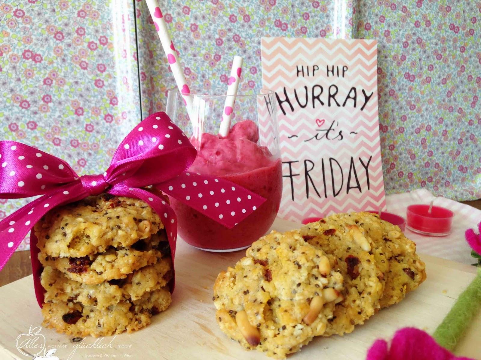 Goji-Beeren Pinienkern Chiasamen-Cookies mit Reismilch Himbeer-Smoothie