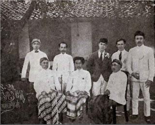 K.H. Ahmad Dahlan beserta Pengurus Muhammdiyah