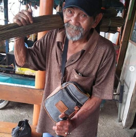 Abah Aos Masih Menjual Sapu di Usianya yang Sudah Sepuh