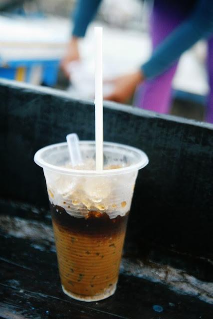 Nếu như người lớn tuổi thường thích vị đắng nguyên chất, các bạn trẻ lại yêu dư vị ngọt ngào của ly cà phê sữa. Dù phải lênh đênh và mất cân bằng, người bán vẫn pha cà phê ngay trên ghe.