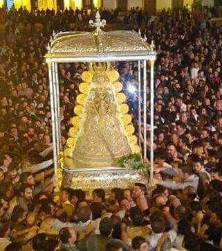 Procesión Virgen del Rocío,  frente al Simpecado de villamanrique