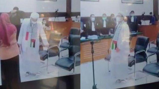 Habib Rizieq Pakai Atribut Palestina di Sidang, Hakim Minta Dicopot