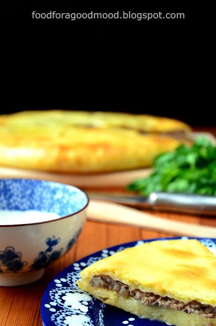 Osetyjski pieróg z mięsem (tzw. fydzhin) to takie trochę włoskie calzone. W mięciutkie i puszyste ciasto drożdżowe wkłada się nadzienie z mięsa mielonego (wołowego lub wieprzowo - wołowego), którego smak nasiąka aromatem czosnku, cebuli, papryczki chilli i kuminu. Niby nic nowego, a jednak efekt końcowy zwala z nóg! ;) Upieczony fydzhin podaje się z sosem, np. czosnkowym i z sałatką z pieczonych warzyw.