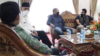 Sandiaga Uno saat bertemu Gubernur Sumbar Mahyeldi dan Wakil Gubernur Audy Joinaldy di BIM