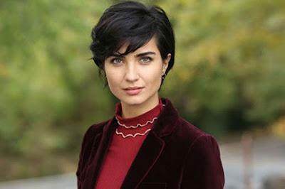 النجمة التركية توبا بيوكستون تشعل السوشيال ميديا بظهورها في المسلسل الجديد اتصل بوكيل أعمالي