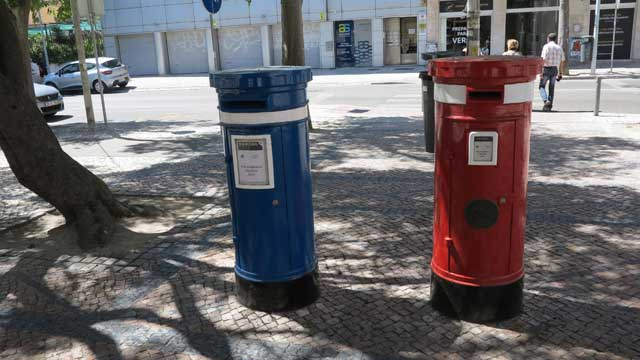 Correio normal (ordinary mail) is sent in the red post boxes; correio azul (airmail) is posted in the blue boxes.