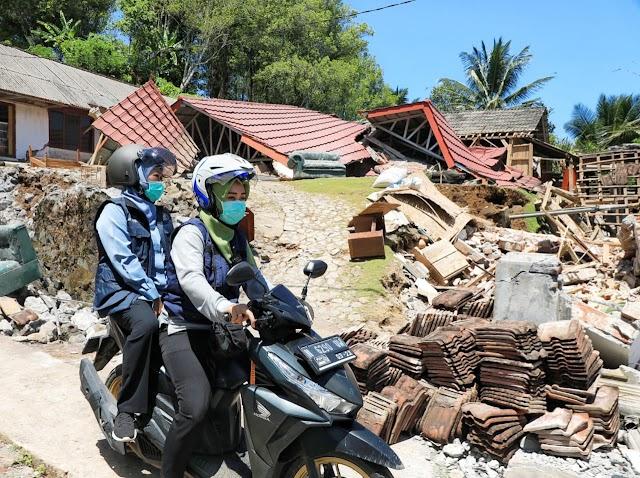 Tinjau Pelosok Terdampak Gempa di Desa Kaliuling Tempursari, Gubernur Khofifah Naik Motor