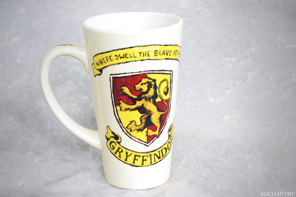 aliciasivert, alicia sivertsson, harry potter, gryffindor, cup, mug, lion, porcelain painting, painted, handicraft, craft, måla på porslin, porslinsmålning, lejon, elevhem, handarbete, where dwell the brave at heart, monthly makers maj magi magic