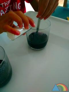 Añadiendo bicarbonato sódico al zumo de col lombarda