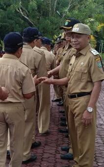 Plt Bupati Asahan Surya menyalami ASN.