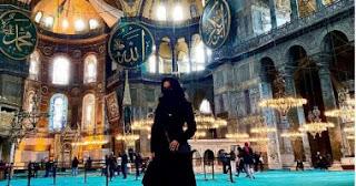 غضب من ظهور الممثلة الاباحية ليزا أن داخل مسجد أيا صوفيا بنقاب