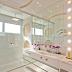 Banheiro todo branco e espelhado com formas curvas + penteadeira camarim!