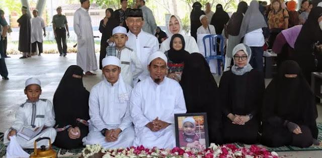 Putri dan Cucunya Mengenakan Cadar, Foto Keluarga Wiranto Jadi Pembicaraan Warganet