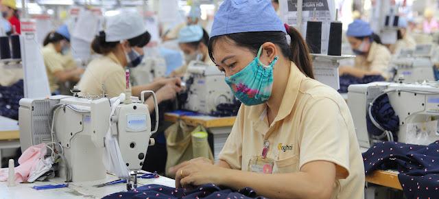 Mujeres trabajan en una fábrica de ropa en Hai Phong, Vietnam, durante la pandemia de COVID-19.© ILO