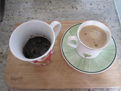 Mug cake au chocolat, sans oeuf, avec du cacao accompagné d'une tasse de café