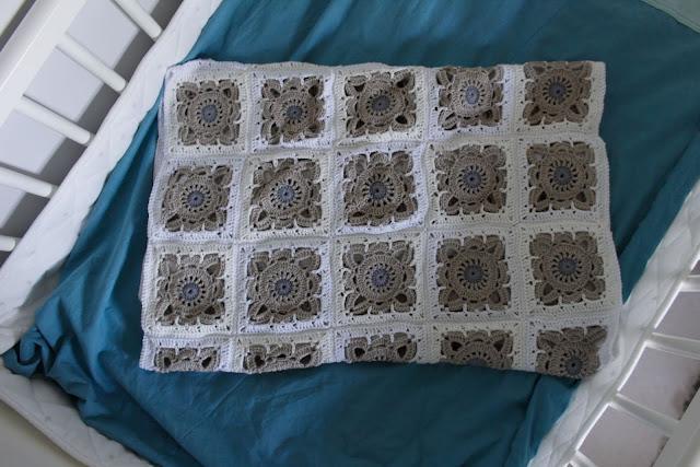 Pajuneliöistä virkattu peitto