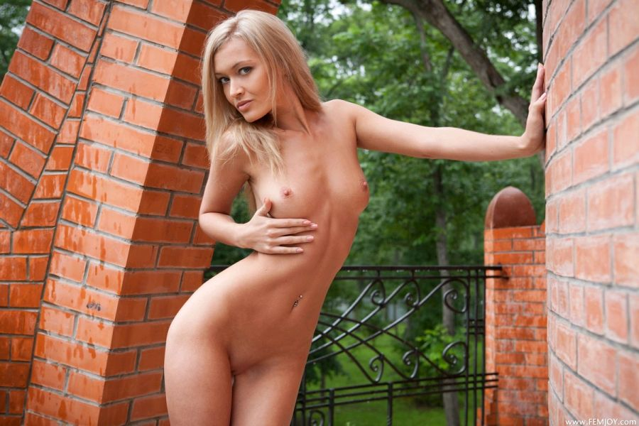 Стройная блондинка раздевается снимает с себя нижнее белье