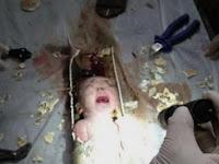 Bayi Malang Ini Tetap Hidup Walau Terhimpit Pipa Toilet Selama Satu Jam, Penyebabnya Bikin Netizen Geram