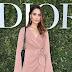 Sindi Arifi posa para fotos no lançamento da exibição 'Christian Dior, couturier du rêve' comemorando 70 anos de criação, em Paris, França – 03/07/2017