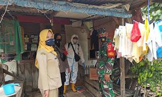 Babinsa Pengkol Bantu Salurkan Bantuan Dan Lakukan Pendampingan Penyemprotan Cairan Disinfektan