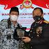 Dipuncak HUT Bhayangkara ke-75, DPD LPM Kota Padang Serahkan Piagam  Penghargaan Untuk Kapolda Toni Harmanto