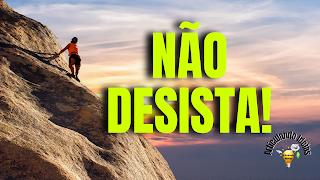 Pessoa escalando uma montanha de pedra
