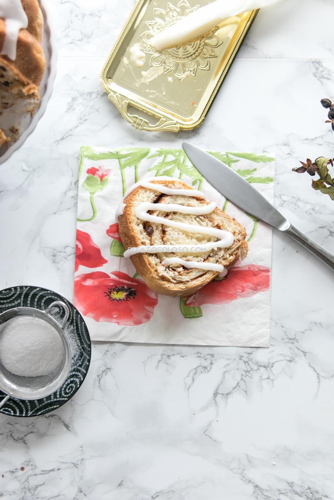 Aprende cómo hacer un pan hermoso y fácil, ideal para el desayuno o la merienda. Un pan relleno con canela, cacao y frutos confitados. Delicioso. Receta vía www.elgatogoloso.com