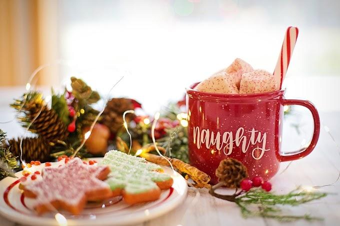 Galletas de Navidad con frosting de colores y cacao con nubes de Navidad