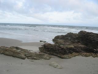 foto mostra o mar e a praia na Ilha do Mel
