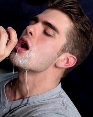 sperma-curi-po-ustima-licu-muskarca