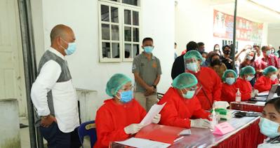 Bupati Taput Tinjau Pemberian Vaksin Covid-19 Perdana bagi Nakes di Puskesmas Hutabaginda