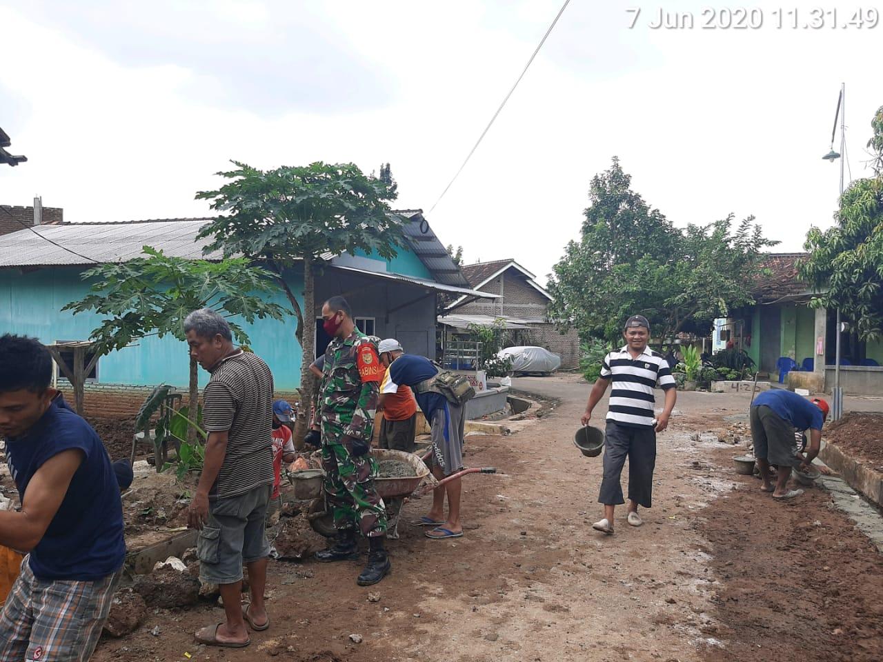 Babinsa Susunan Baru Koramil 410-05/TKP Kodim 0410/KBL bantu warga membangun Saluran air