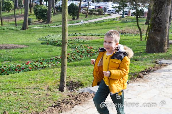 Hıdiv parkında mutlu mesut koşuşturan oğlum, İstanbul