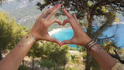 Картинка о том, как мы любим Фетхие. Сердечко из лодошек на фоне моря.