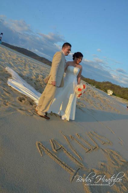 Bodas Huatulco, Nadia y Marcboda en playa, beach wedding, Oaxaca, México, Bodas Huatulco, Wedding Planner