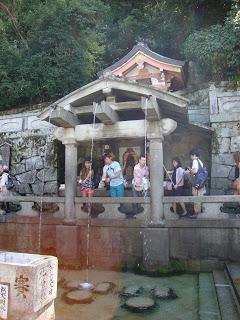 la cascata divisa in tre fonti da dove si abbeverano i fedeli