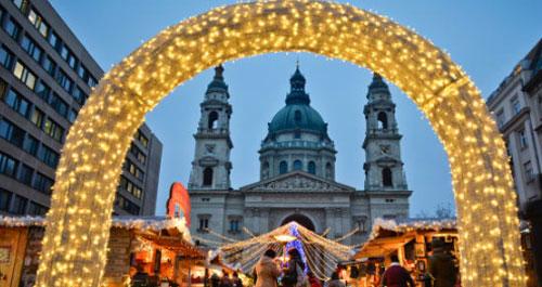 Pasar Natal di Lapangan St. Stephen's memiliki Basilika St. Stephen sebagai backdop-nya.  Atas perkenan Kantor Turis Nasional Hungaria