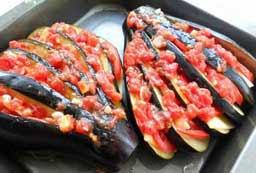 Подготовленные баклажаны залить полученным соусом поместить в духовку. Запекать при 200 градусах около 20-25 минут.