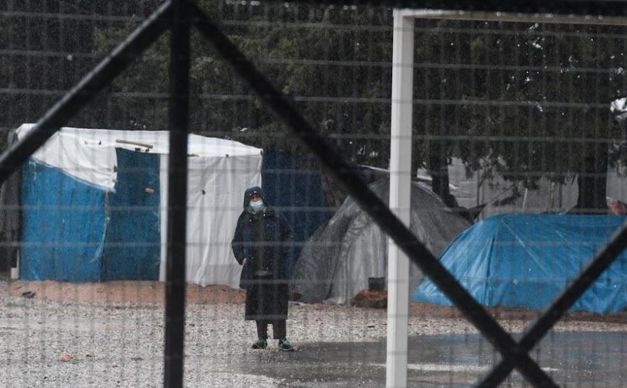 Συμπλοκές μεταξύ ΜΑΤ και μεταναστών στη Μαλακάσα