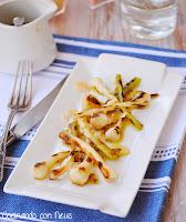 Ajetes con vinagreta de mostaza a la antigua y pétalos de parmesano - cocinando-con-neus