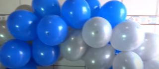 Blau graue Ballongirlande Anleitung zum selber machen.