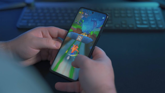 A person playing Crash Bandicoot on their mobile phone