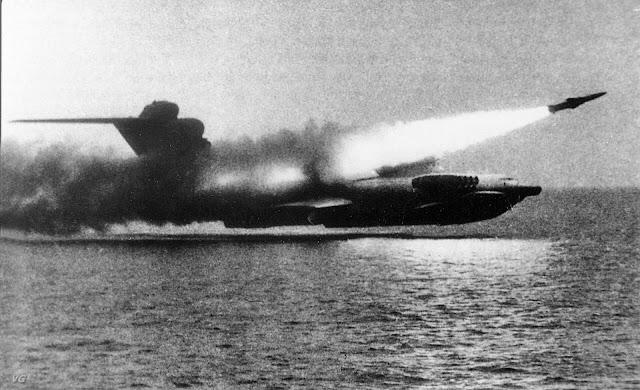Lun-sınıfı Ekranoplan füze atışı yapıyor...